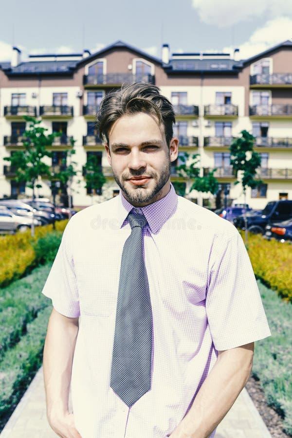 Visage d'homme Jeune homme dans la cour du jour ensoleillé de houseon d'appartement images stock