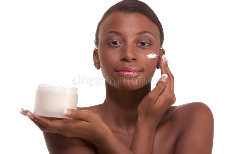 Visage d'hydratation de femme de couleur ethnique de torse nu images stock