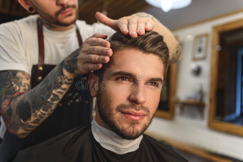 Visage d'un client heureux avec la nouvelle coiffure images libres de droits