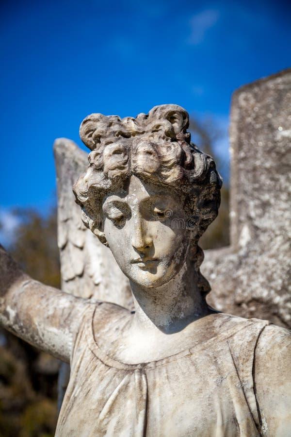 Visage d'un marqueur grave d'ange de pierre photos stock