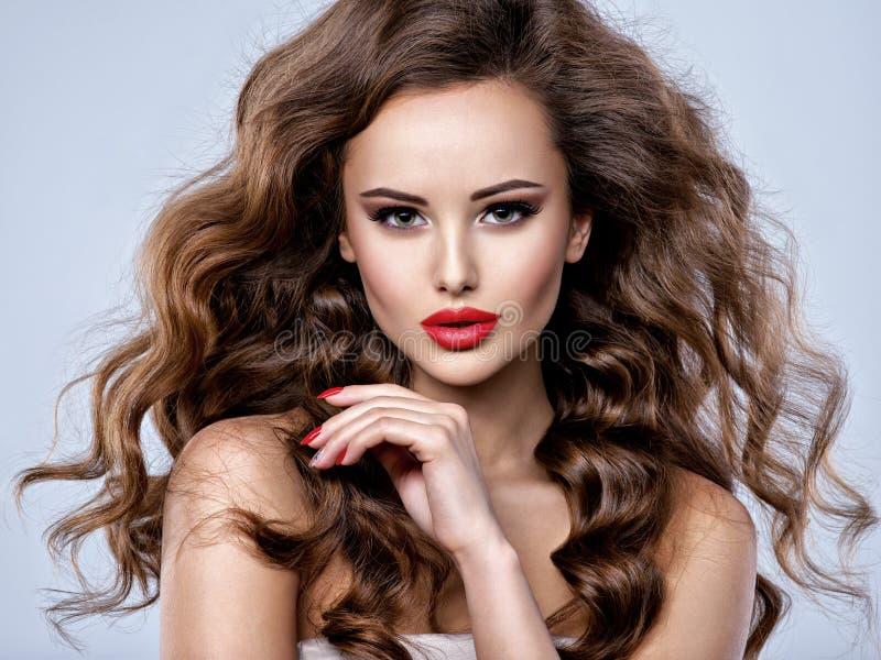 Visage d'une belle femme avec de longs cheveux bruns images libres de droits