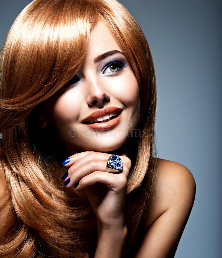 Visage d'une belle femme avec l'anneau de bijoux de saphir sur le doigt images libres de droits