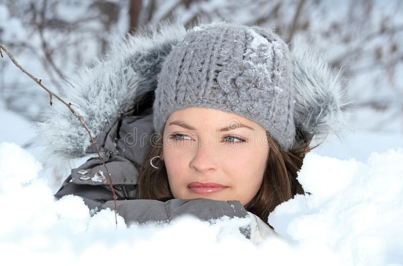 Visage dans la neige image stock