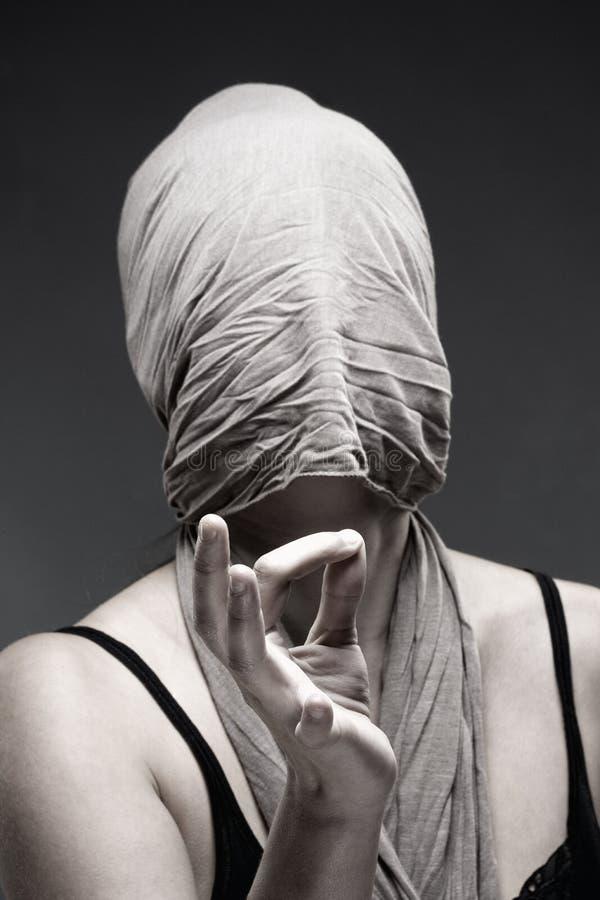 Visage de bâche de femme avec le tissu, faisant le signe de main photographie stock