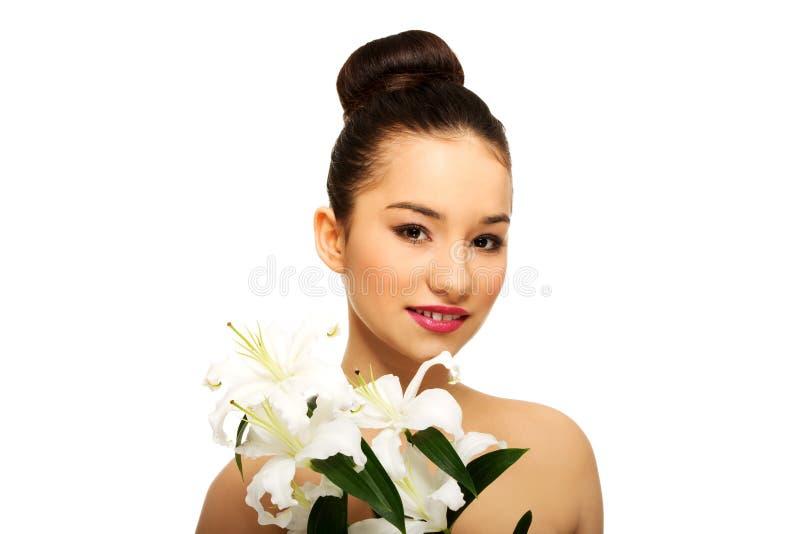 Visage de beauté d'une femme avec la fleur images stock
