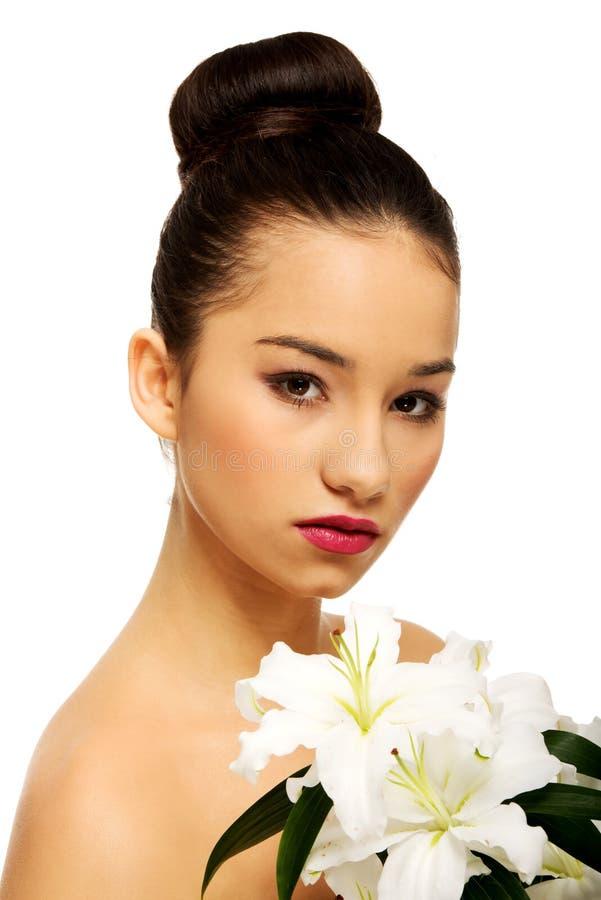 Visage de beauté d'une femme avec la fleur photo stock