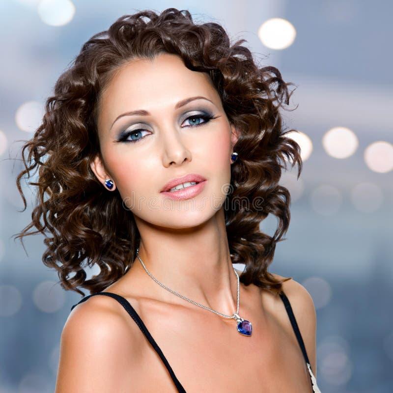 Visage de belle femme avec de longs poils bouclés photos stock