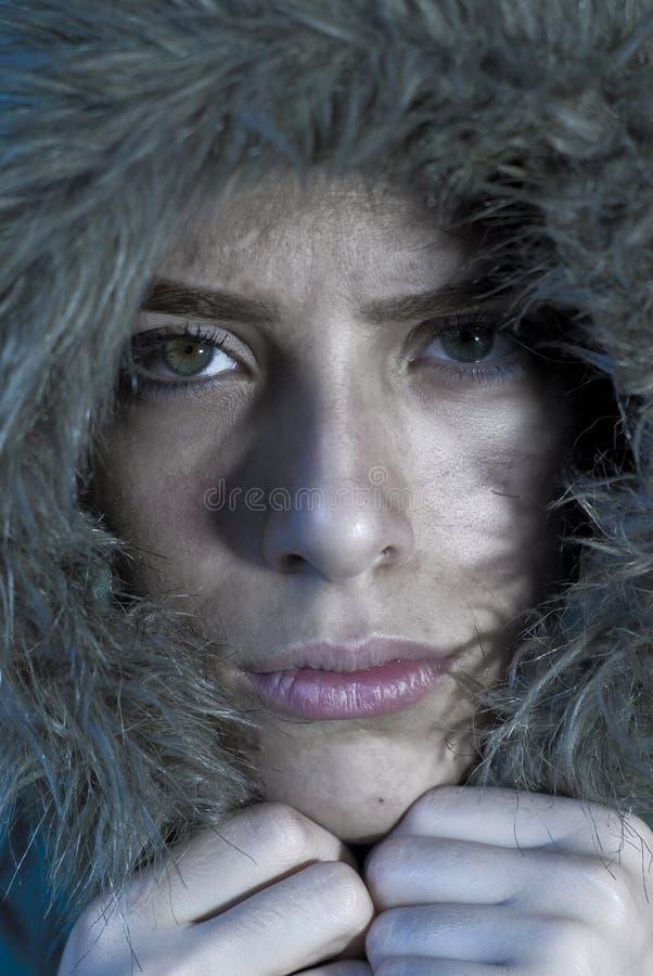 Visage de congélation de fille dans le manteau de fourrure images libres de droits