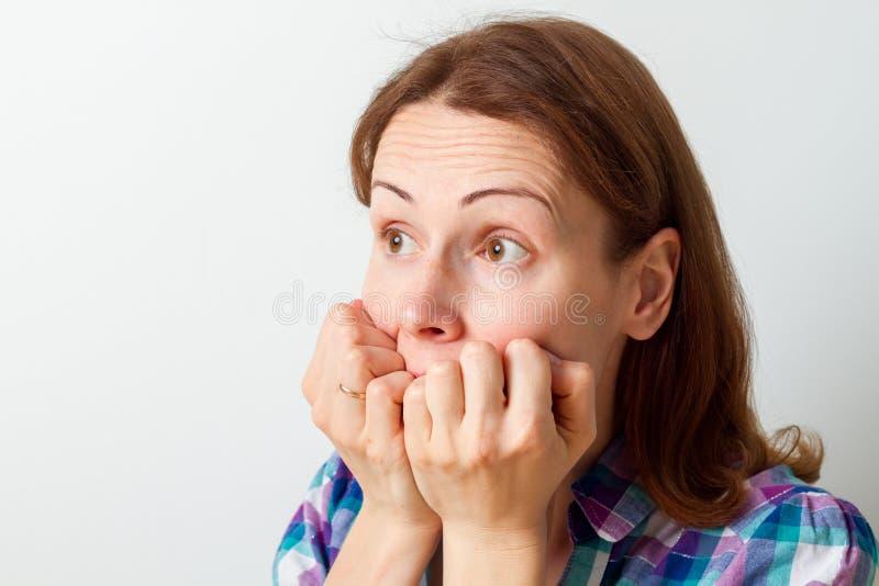 Visage de crainte de femme D'isolement sur le blanc photos stock
