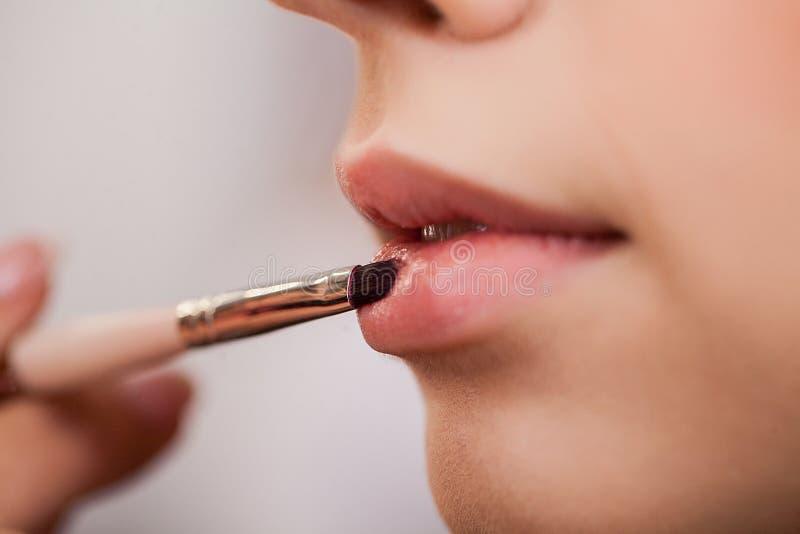 Visage de femme de beauté Travail d'artiste de maquillage dans son studio photographie stock