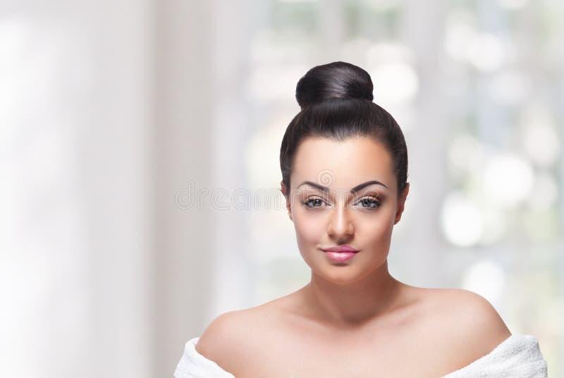 Visage de femme de beauté avec le maquillage à moitié prêt photo libre de droits