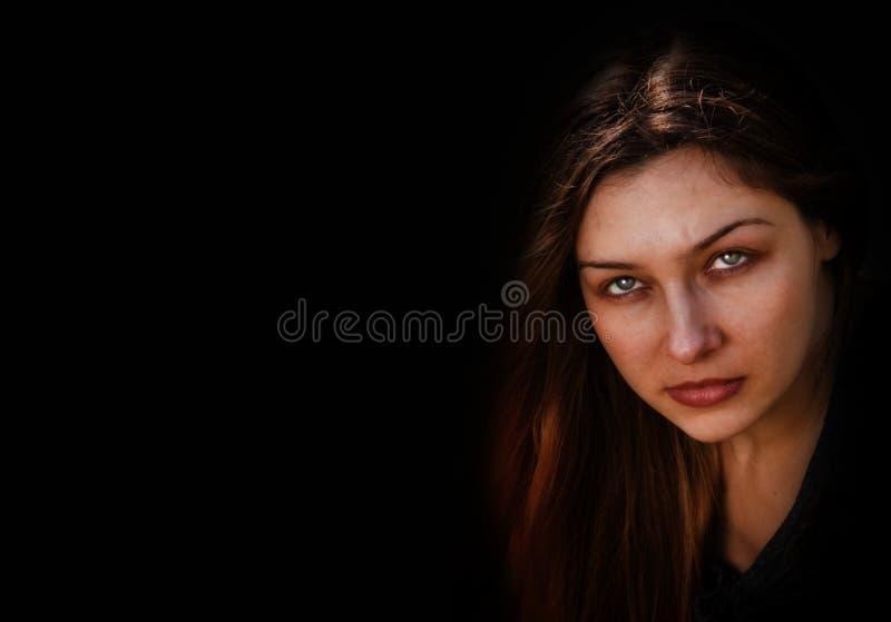 Visage de femme fantasmagorique foncée mauvaise photographie stock