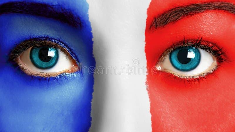 Visage de femme peignant le drapeau français photos libres de droits
