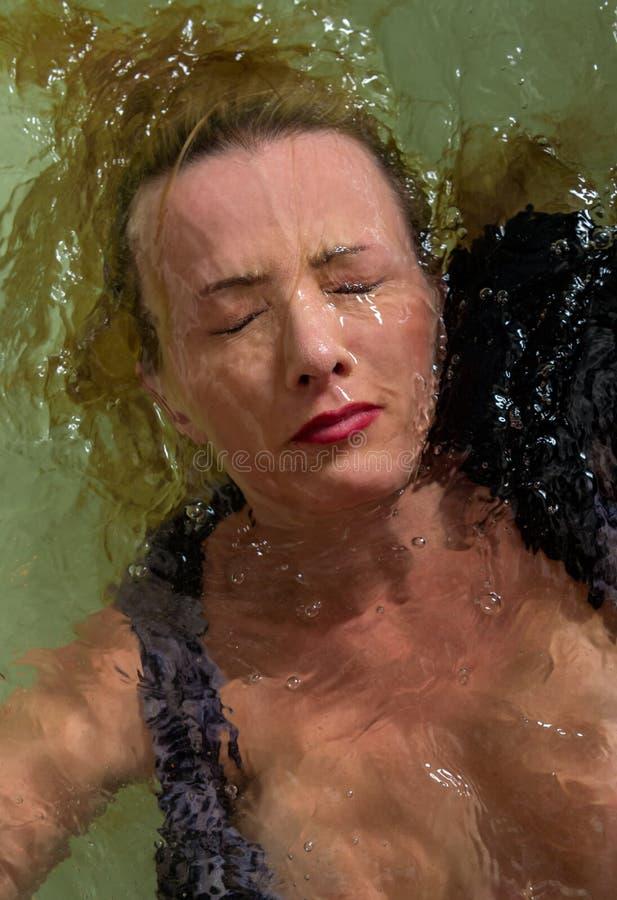 Visage de femme sous-marin photographie stock libre de droits