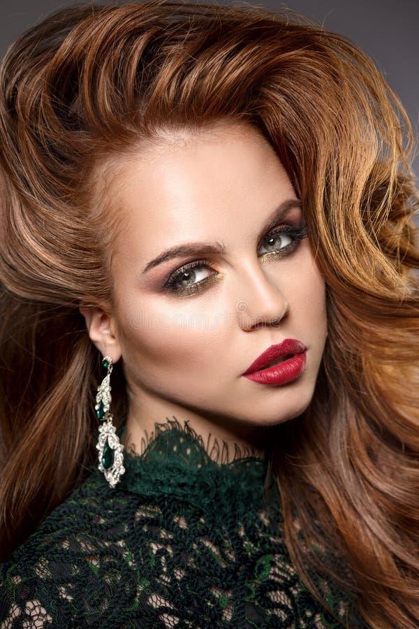 Visage de fille avec un maquillage renversant professionnel Lèvres rouges, e faux photo libre de droits