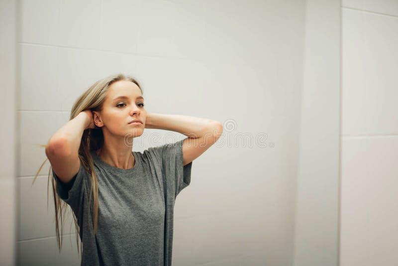 Visage de jeune belle femme en bonne santé et de réflexion dans le miroir image libre de droits