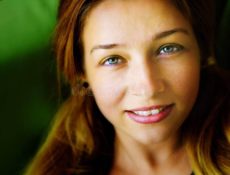 Visage de jeune femme amicale mignonne sensuelle image libre de droits