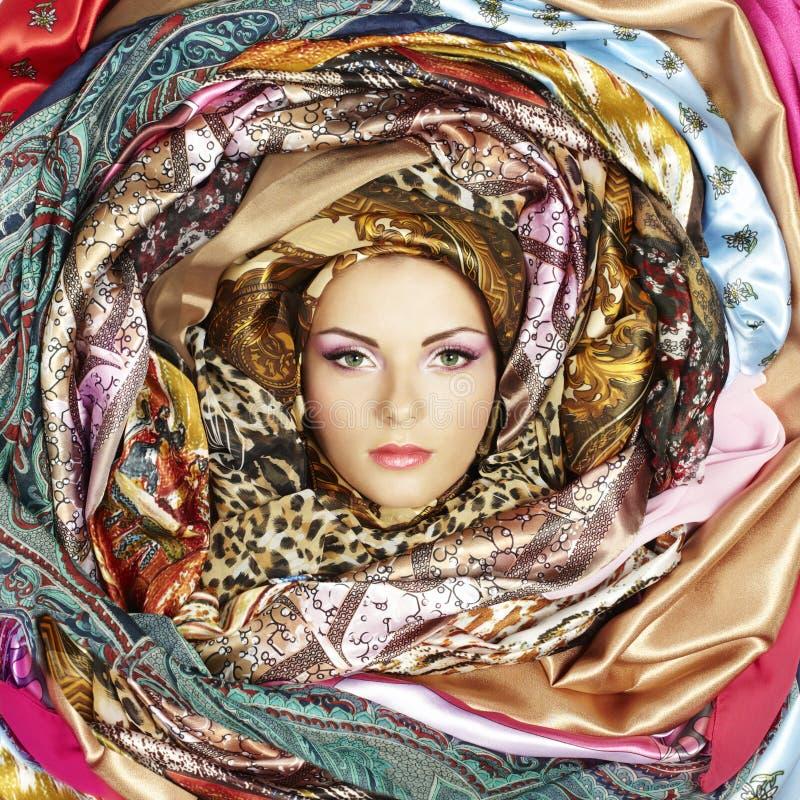Visage de jeune femme avec des écharpes images libres de droits