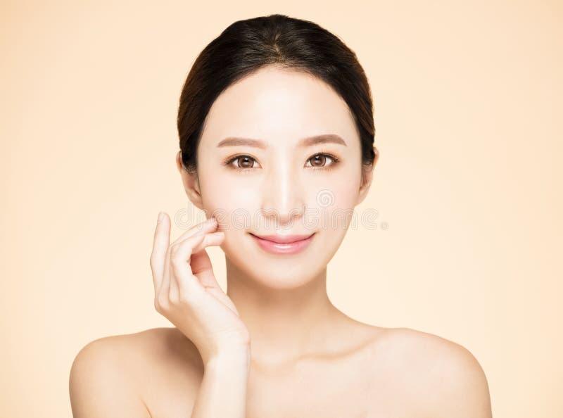 visage de jeune femme avec la peau fraîche propre photos stock