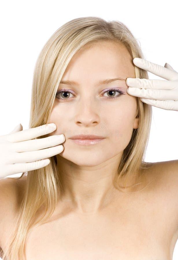 Visage de jeune femme blonde + ses mains dans les gants photos libres de droits