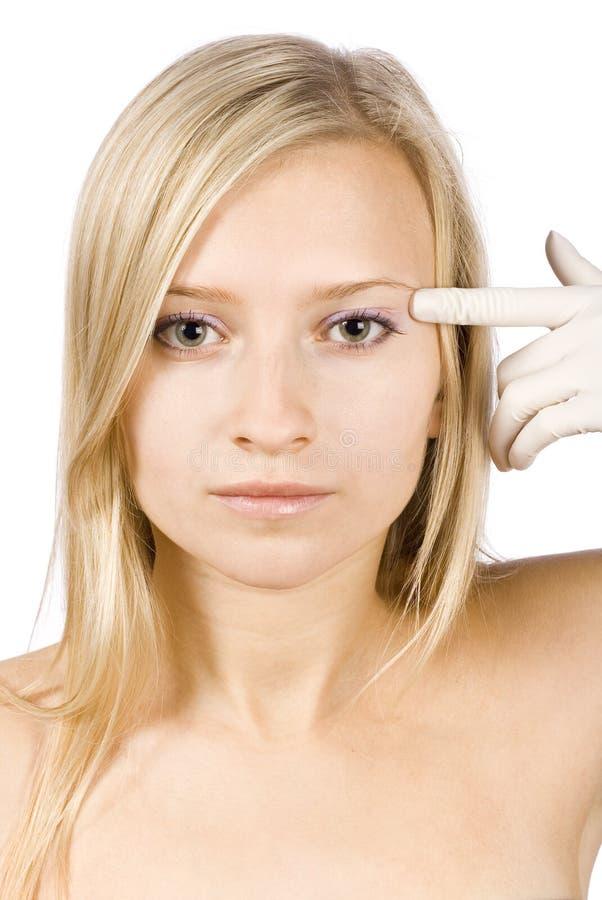 Visage de jeune femme blonde + ses mains dans les gants photos stock
