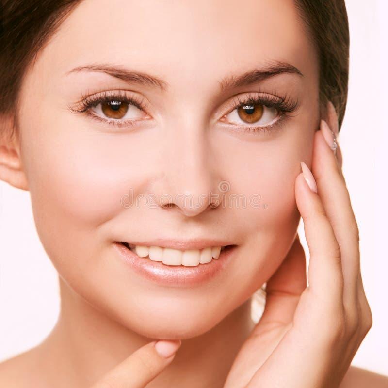 Visage de jeune femme de cosmétologie belle fille blanche photo libre de droits