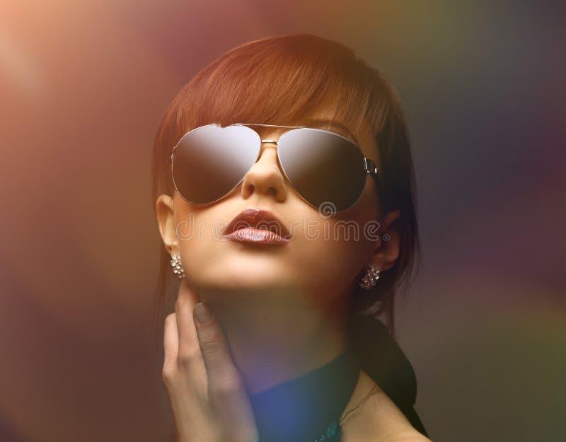 Visage de jeune femme en verres foncés photo stock