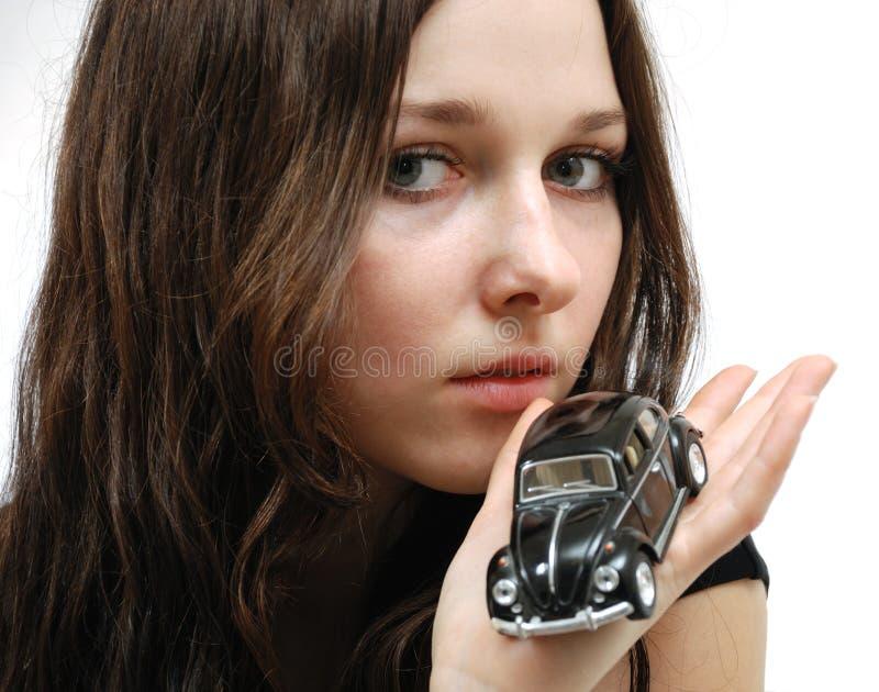 Visage de jeune modèle et de véhicule minuscule à disposition photos libres de droits