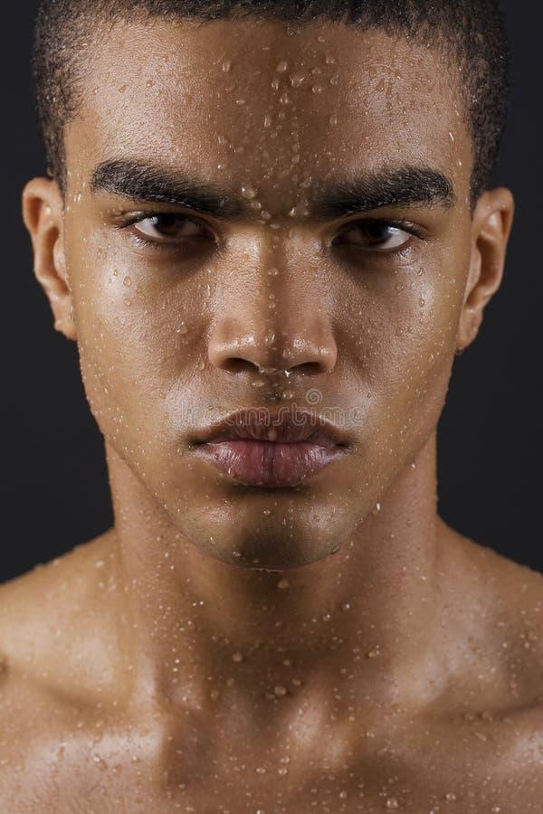 Visage de l'homme avec des baisses de l'eau photos stock