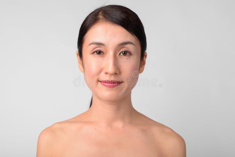 Visage de la belle femme asiatique sans chemise comme concept de santé et de beauté photo stock