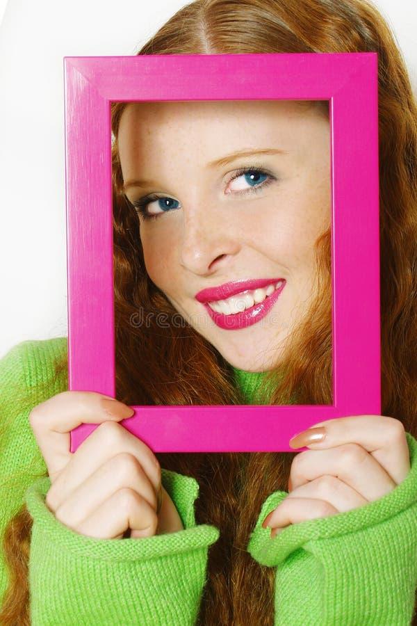 Visage de la jeune belle fille dans une trame photographie stock