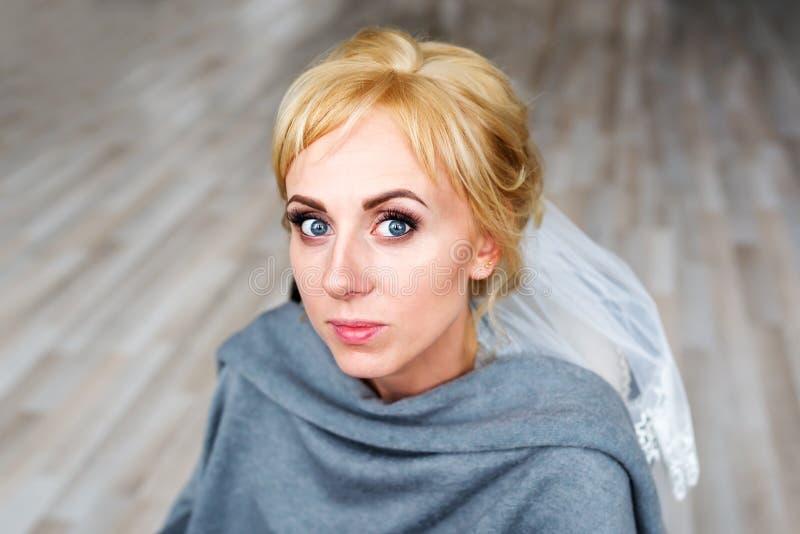 Visage de la jeune mariée blonde Processus de Hairstyling dans un salon de beauté Coiffure de mariage photos stock