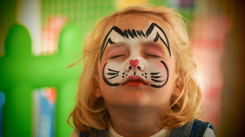 Visage de lapin de petite fille peint photo libre de droits