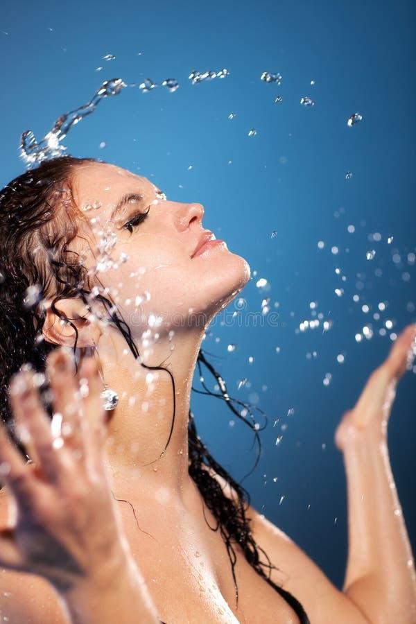 Visage de lavage de jeune femme photographie stock