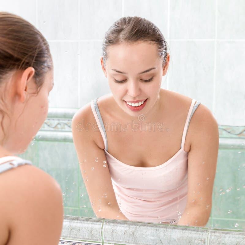 Visage de lavage de jeune femme images libres de droits