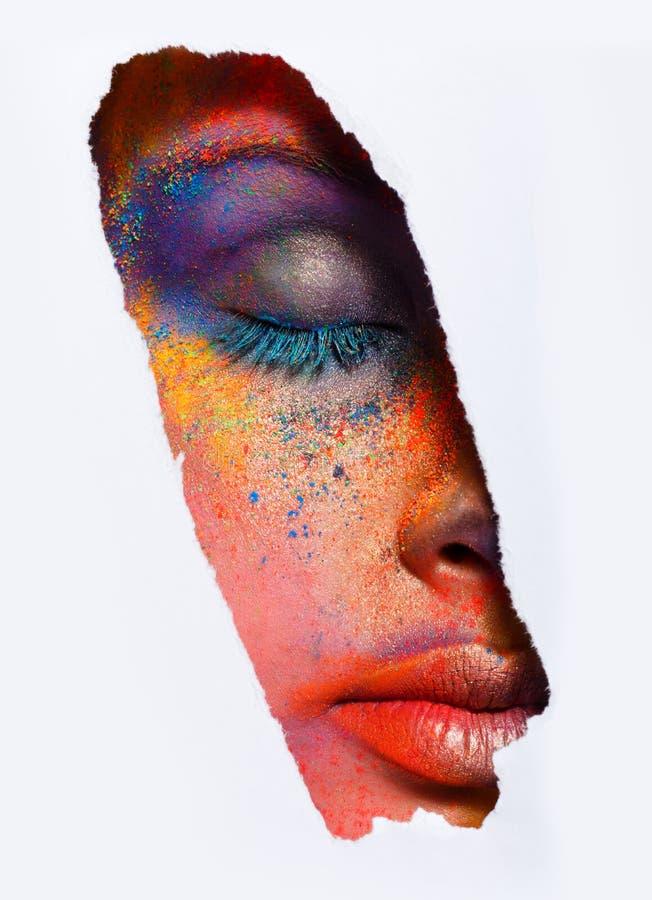 Visage de modèle avec le maquillage coloré d'art, plan rapproché photo stock