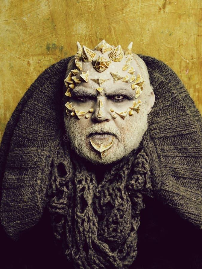 Visage de monstre avec les yeux blancs, les ?pines pointues et les verrues photographie stock