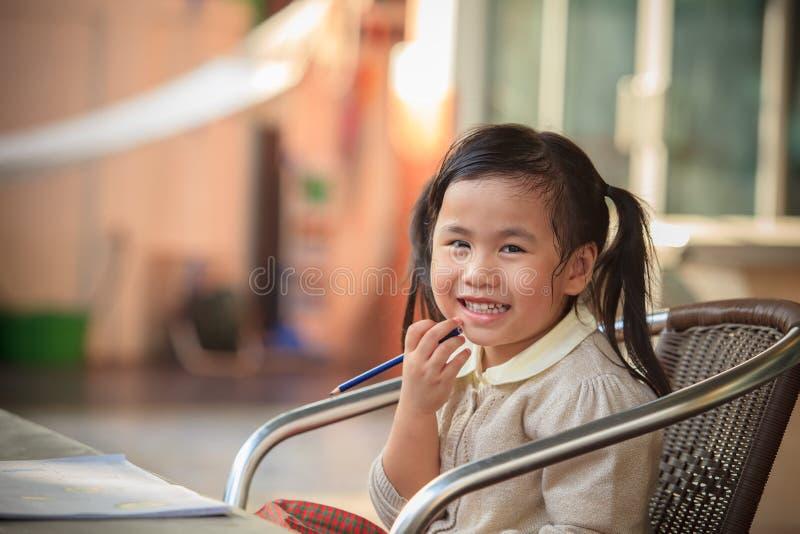 Visage de sourire Toothy de bonheur adorable d'enfants de Si-ngan à la maison images stock