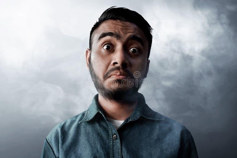 Visage drôle d'hommes asiatiques sur le fond de fumée photo libre de droits