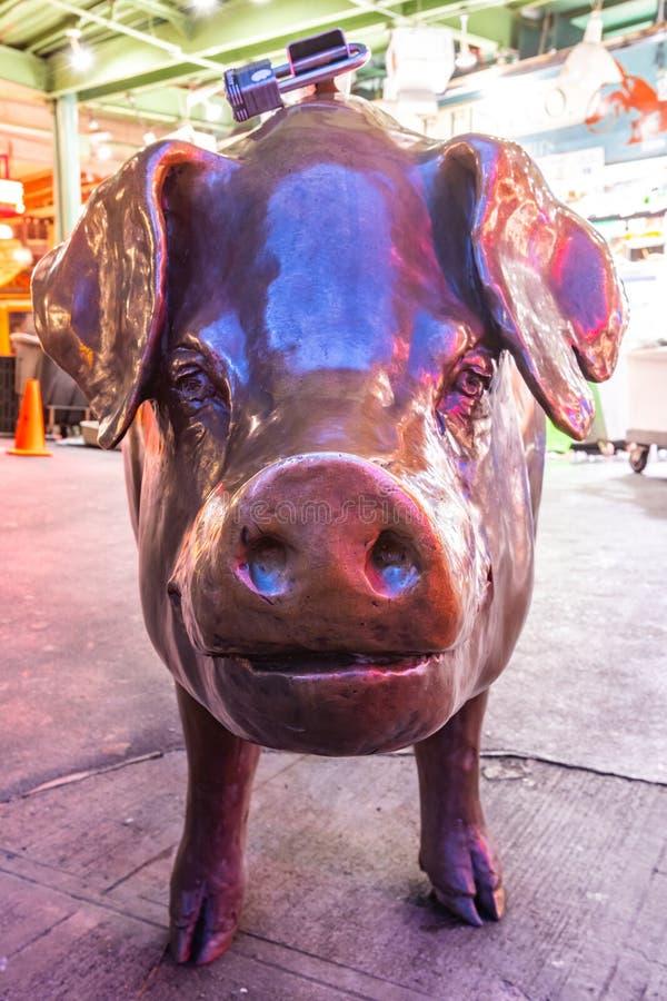 Visage du porc en bronze sur le marché d'endroit de Pkes images libres de droits