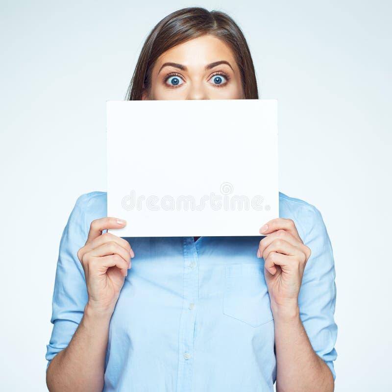 Visage effrayé de peau de femme d'affaires avec le panneau blanc de signe images stock