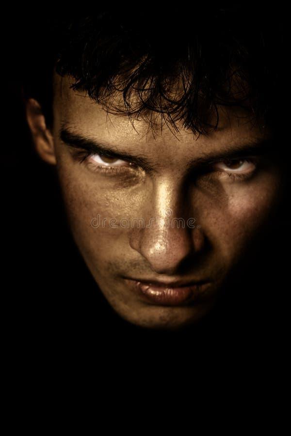 Visage effrayant dans l'ombre photo stock