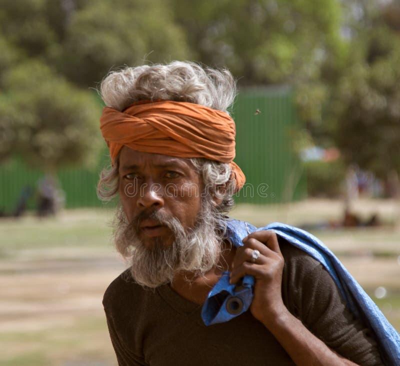 visage emphatique d'un homme indien aux cheveux gris image libre de droits