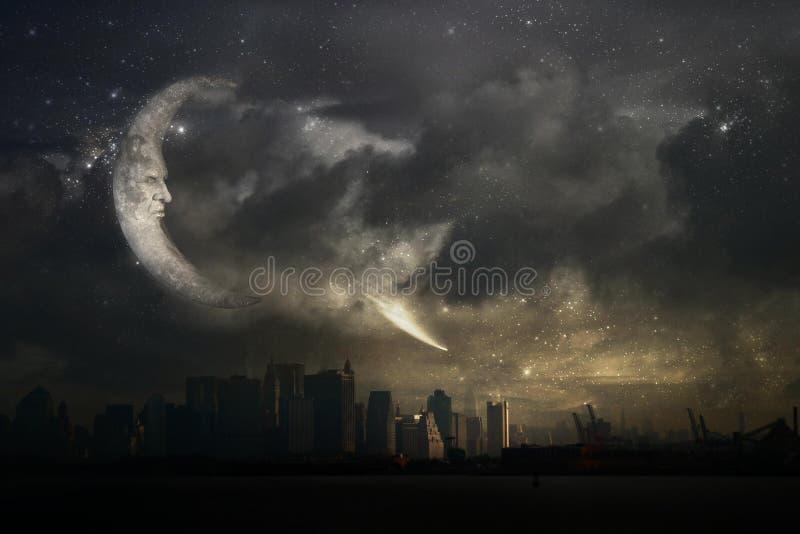 Visage en lune au-dessus de ville la nuit photos stock