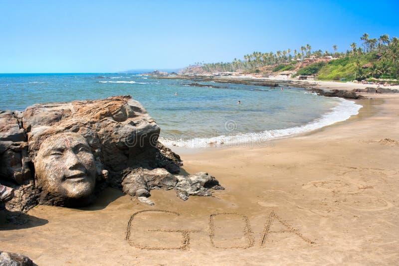 Visage en pierre sur la belle plage tropicale dans Goa image libre de droits
