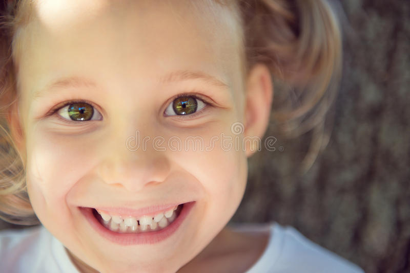 Download Visage Enthousiaste De Jolie Fille En Parc D'été Photo stock - Image du gosse, closeup: 77151208