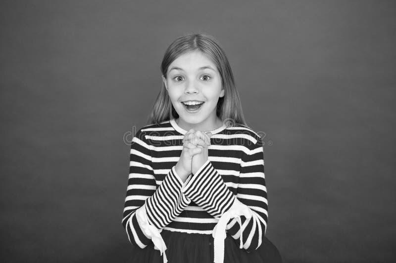 Visage enthousiaste plein d'espoir de fille faisant le souhait Croyez au miracle La fille d'enfant rêvant son souhait viennent vr images libres de droits