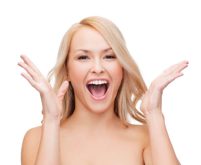 Visage et mains de femme heureuse avec de longs cheveux photos stock