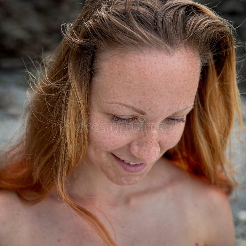 Visage femelle avec des taches de rousseur photos stock