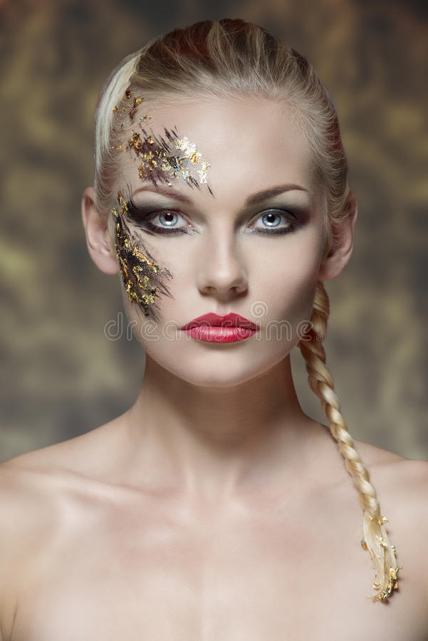 Visage femelle avec le maquillage créatif image stock